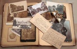 Cartão, fotos e correspondência velhos Foto de Stock