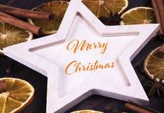 Cartão gretting do Natal com Feliz Natal da rotulação imagens de stock royalty free