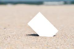 Cartão imediato vazio branco da foto na areia da praia Fotografia de Stock Royalty Free
