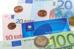 Cartão isento de impostos azul global contra notas do Euro e moedas do centavo Fotos de Stock Royalty Free