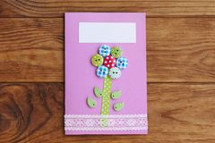 Cartão isolado em um fundo de madeira marrom Cumprimentando o cartão de papel para o feliz aniversario ou o dia do ` s da mãe ou  Fotos de Stock Royalty Free