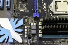 Cartão-matriz do computador, com o processador instalado nele fotografia de stock