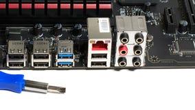 Cartão-matriz do computador com os detalhes de memória que refrigeram pelo processador e pelas ferramentas para o reparo filme