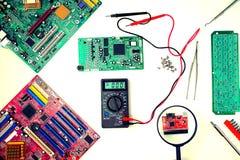 Cartão-matriz do computador, diagnósticos e reparo, dispositivos de ampliação fotografia de stock