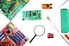 Cartão-matriz do computador, diagnósticos e reparo, ferramentas da desmontagem fotos de stock royalty free