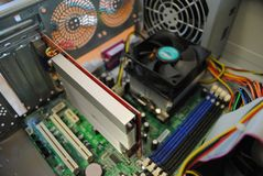 Cartão-matriz, placa de vídeo e processador dentro do computador imagem de stock royalty free