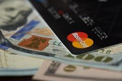 Cartão mestre no fundo da nota de dólar Imagem de Stock Royalty Free