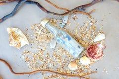 Cartão náuticos como a história das conchas do mar e da areia da viagem fotografia de stock royalty free