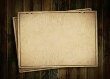 Cartão no fundo de madeira Fotos de Stock Royalty Free