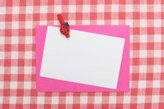 Cartão no tablecloth imagens de stock royalty free