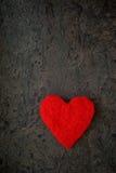 Cartão para corações feitos a mão do dia de Valentim dois da cor vermelha de feltro Foto de Stock Royalty Free