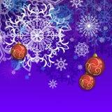 Cartão para felicitações no Natal e no ano novo com bolas e flocos de neve Fotos de Stock Royalty Free