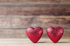 Cartão para o 14 de fevereiro Corações vermelhos na tabela de madeira do vintage Fundo do dia de Valentim Copie o espaço para o t Imagem de Stock