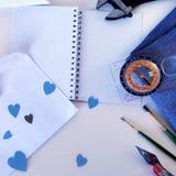 Cartão para o dia do pai, do envelope com corações do papel azul e das ferramentas Fotos de Stock