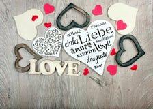 Cartão para o dia do `s do Valentim Corações - um símbolo do amor Corações em um fundo de madeira Amor da inscrição Copie espaços foto de stock royalty free