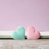 Cartão pastel cor-de-rosa e verde do roxo dos corações Imagem de Stock Royalty Free