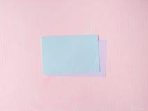 Cartão pastel verde no fundo textured cor-de-rosa Foto de Stock
