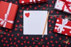 Cartão quadrado com um coração vermelho e lápis para o espaço da cópia Fotografia de Stock