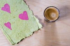 Cartão rústico dos Valentim com uma xícara de café Imagem de Stock Royalty Free