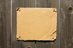 Cartão rasgado na parede de madeira fotos de stock