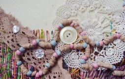 Cartão scrapbooking feito à mão com elementos de matéria têxtil Grânulos, botões, fazendo malha, laço Foto de Stock Royalty Free