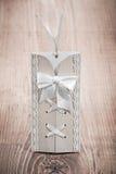 Cartão stilized vintage do convite na madeira velha Fotos de Stock