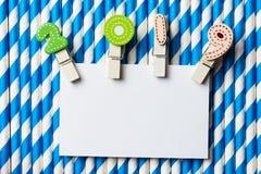 Cartão vazio branco com grampo 2019 na palha branca azul da listra Imagens de Stock