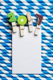 Cartão vazio branco com grampo 2017 na palha branca azul da listra Imagens de Stock Royalty Free