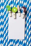Cartão vazio branco com grampo 2017 na palha branca azul da listra Fotografia de Stock Royalty Free