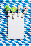 Cartão vazio branco com grampo 2019 na palha branca azul da listra Fotos de Stock