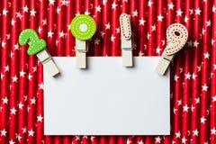 Cartão vazio branco com grampo 2019 na palha branca vermelha da estrela Fotografia de Stock