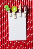 Cartão vazio branco com grampo 2017 na palha branca vermelha da estrela Imagens de Stock Royalty Free
