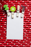 Cartão vazio branco com grampo 2017 na palha branca vermelha da estrela Foto de Stock Royalty Free