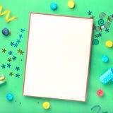 Cartão vazio com artigos comemorativos diferentes no fundo verde Fotos de Stock