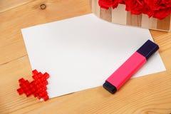 Cartão vazio com coração no fundo de madeira Imagem de Stock Royalty Free