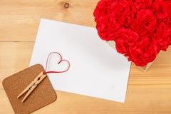 Cartão vazio com coração no fundo de madeira Fotografia de Stock