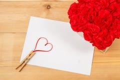 Cartão vazio com coração no fundo de madeira Imagens de Stock