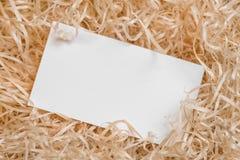 Cartão vazio como um placeholder para o texto de envio na pilha da ráfia Fotos de Stock