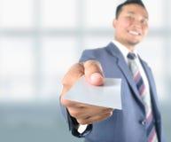 Cartão vazio da mostra do homem de negócio Imagem de Stock