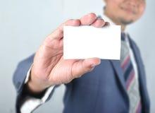 Cartão vazio da mostra do homem de negócio Fotografia de Stock