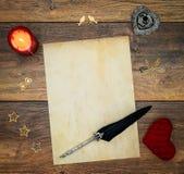 Cartão vazio do vintage com re vela, o cervo vermelho do afago, as decorações de madeira, a tinta e a pena no carvalho do vintage imagens de stock