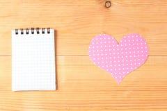 Cartão vazio e coração feito a mão sobre o fundo de madeira Foto de Stock Royalty Free