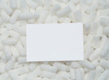 Cartão vazio em amendoins da embalagem Imagens de Stock