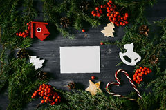 Cartão vazio em um Natal de madeira Foto de Stock Royalty Free