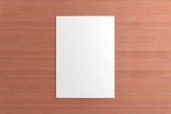 Cartão vazio no fundo de madeira Foto de Stock Royalty Free