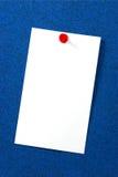 Cartão vazio sobre a cortiça azul Fotos de Stock Royalty Free