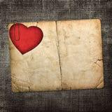 Cartão velho do cartão com coração de papel vermelho em um backgr escuro da tela Imagens de Stock Royalty Free