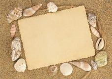 Cartão velho em seashells do whith da areia Imagem de Stock
