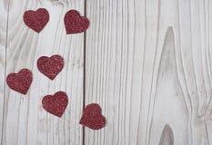 Cartão vermelho brilhado dos corações do ` s do Valentim fotos de stock royalty free