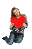 Cartão vermelho do dia de Valentim do coração do iwith da jovem mulher nas mãos Imagens de Stock